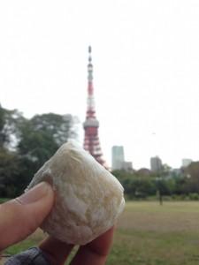 芝公園で東京タワーをバックに松島屋の大福を